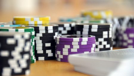 How are the Texas Hold'em games played?